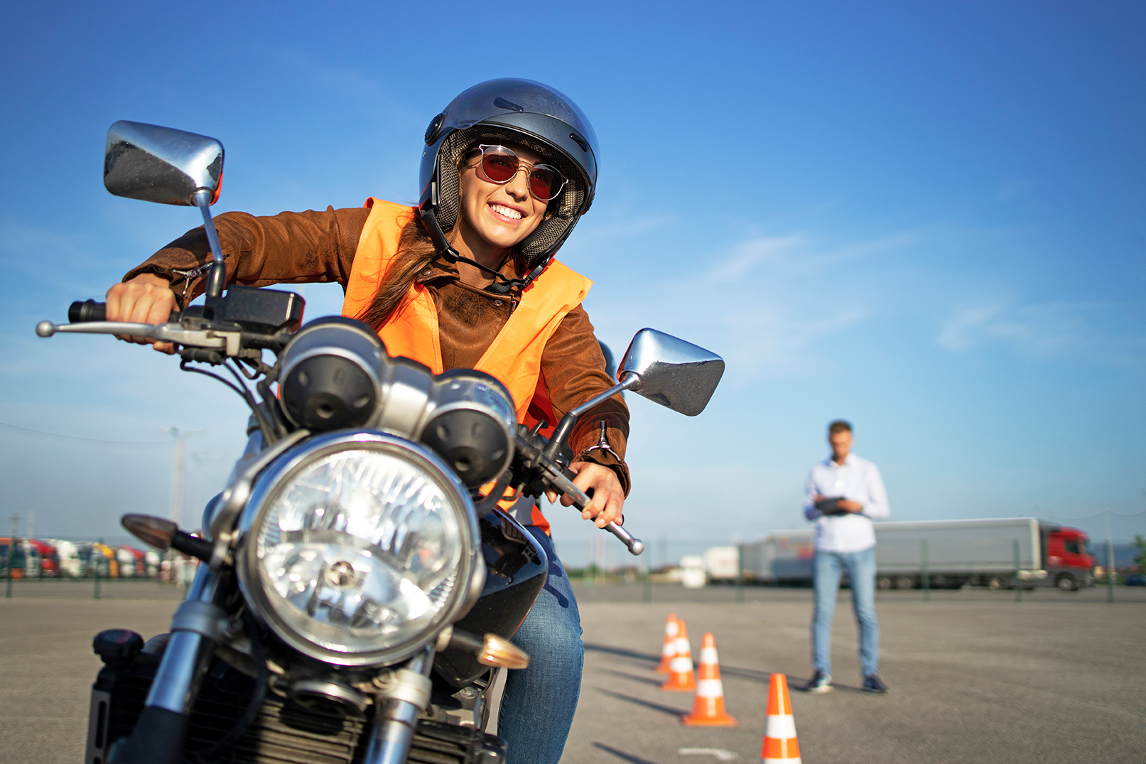 Junge Frau bei Motorradprüfung